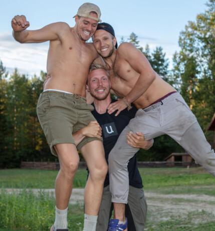 GUTTASTEMNING: Nikolai Aspen poserer sammen med «Farmen»-kompisene Paal Nygård og Kjetil Nørstebø inne på tv-gården. Foto: Alex Iversen / TV 2