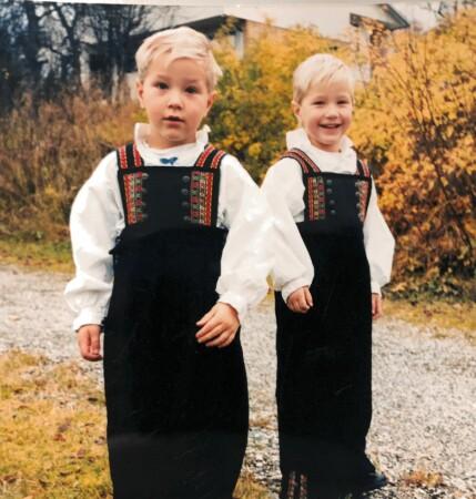 KLISS LIKE: Markus og Nikolai i matchende bunad, fem år gamle. Foto: Privat
