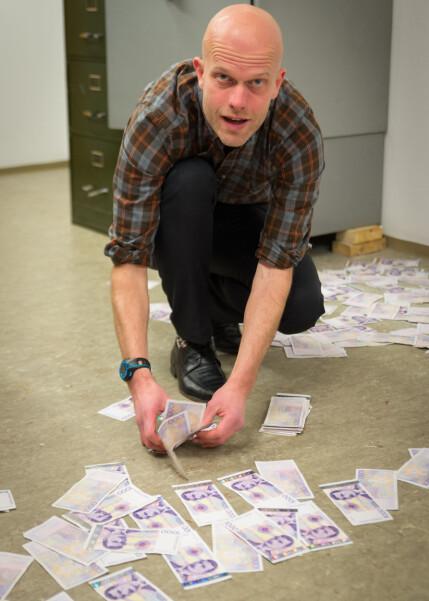 MYE Å HOLDE STYR PÅ: Produsenten for programmet forklarer at en produksjonsassistent opplevde å miste kofferten med pengene de bruker til innspilling. Avbildet er «Luksusfellen»-ekspert Hallgeir Kvadsheim. Foto: TV3