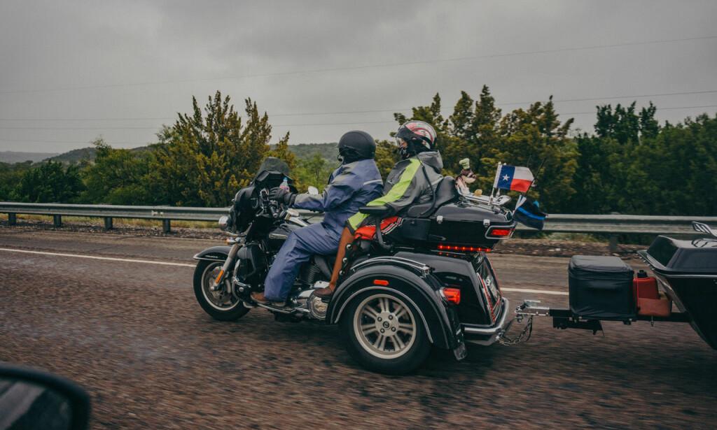 PÅ VEIEN: Motorsyklister med Texas-flagg.