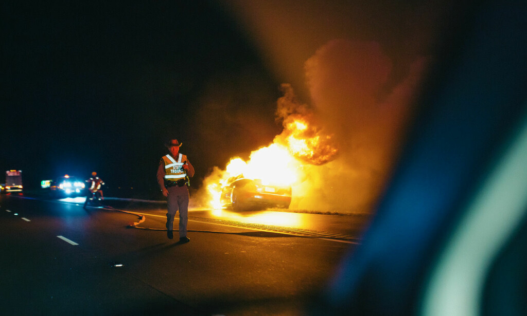 ULYKKE: En bil står i brann langs landeveien i Arkansas.