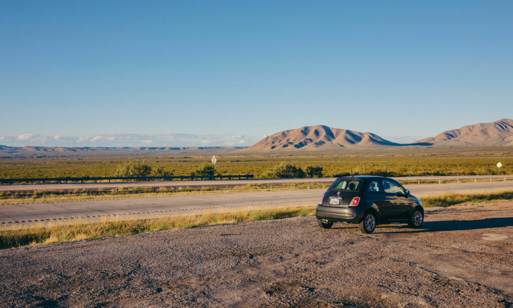 ENDELØST LANDSKAP: En Fiat på vei gjennom USA.