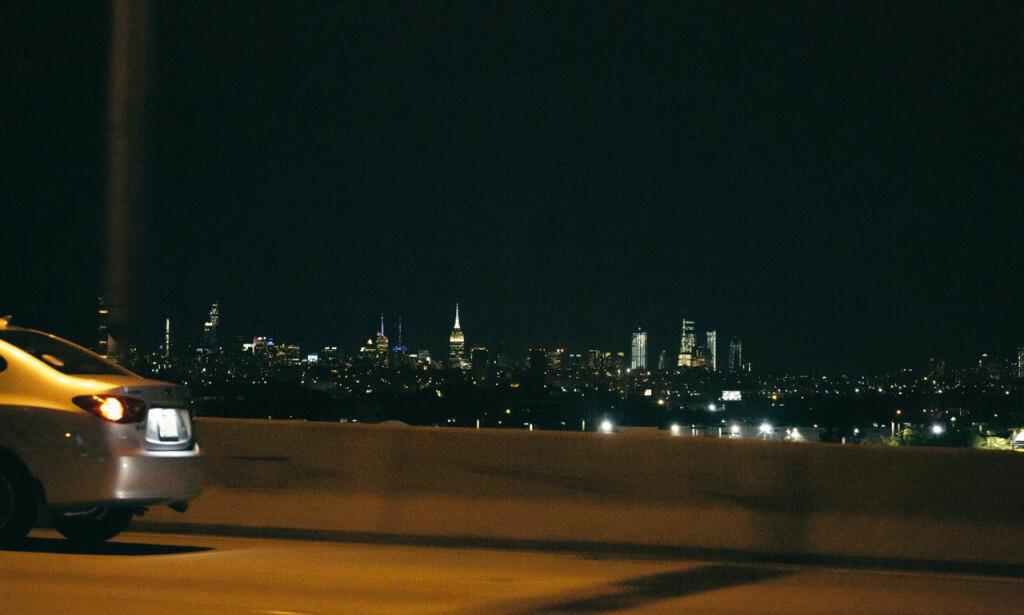 NEW YORK: Skylinen i New York lyser mot oss.