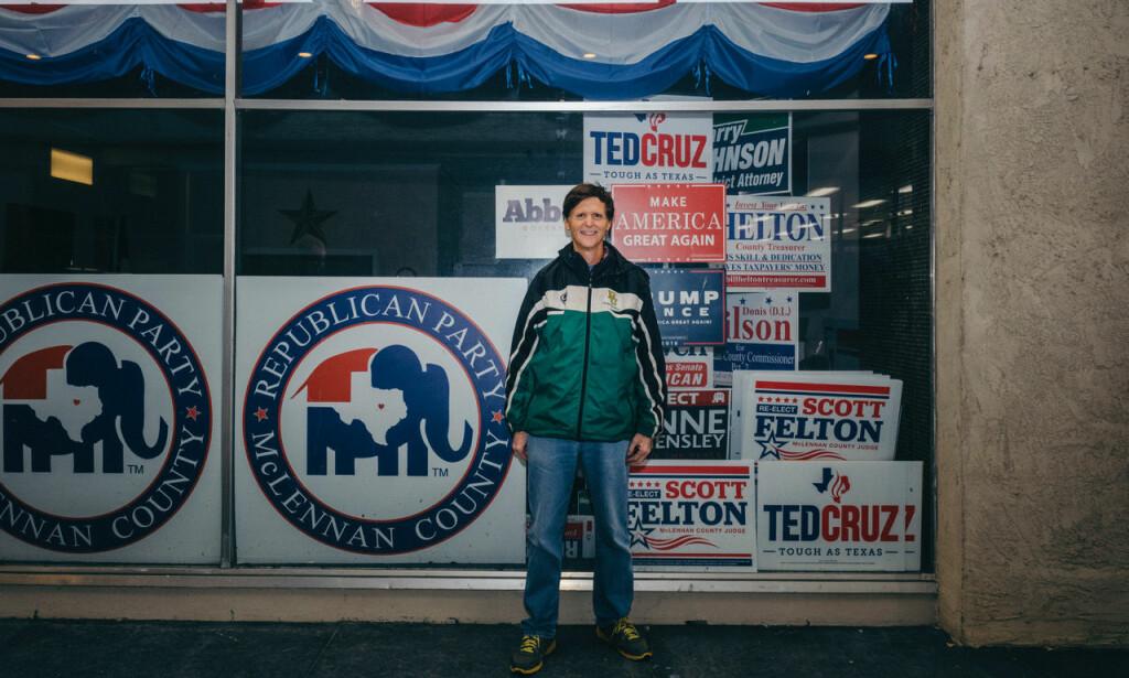 ABORTMOTSTANDER: Cruz-tilhenger Bill Adams utenfor det republikanske partikontoret i Waco.