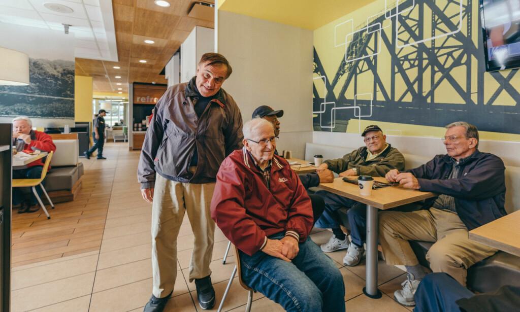 SKIFTET PARTI: Jerry Burke (i midten) var demokrat og deltok på landsmøtene i 1964 og 1968. Så skiftet han parti. Her er han sammen med demokraten Joe Moskitis (t.v.) og andre venner på McDonalds i Wheeling i West Virginia.