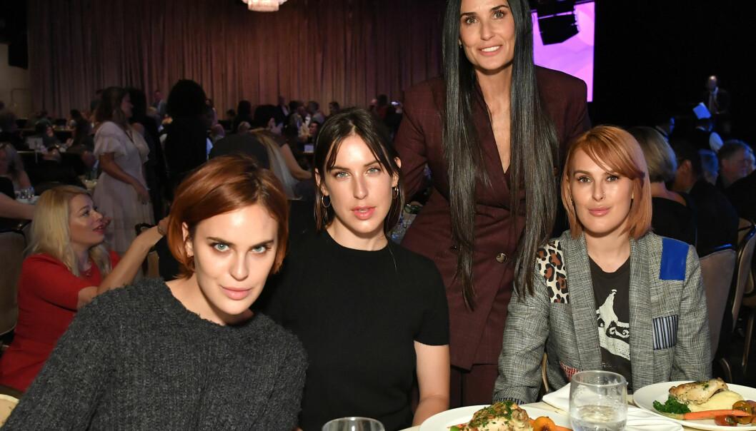 GOD STØTTE: Filmstjernens tre døtre var til stede for å hylle moren. Fra venstre ser vi Tallulah, Scout og Rumer. Foto: NTB scanpix