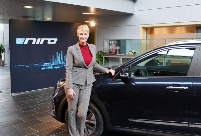 VISES I OSLO: Irene Solstad er administrerende direktør for Kia i Norge. Her ser vi henne med den nye elbilen mange nordmenn er spent på: Kia e-Niro. Foto: Kia