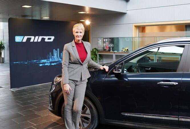 <strong>VISES I OSLO:</strong> Irene Solstad er administrerende direktør for Kia i Norge. Her ser vi henne med den nye elbilen mange nordmenn er spent på: Kia e-Niro. Foto: Kia