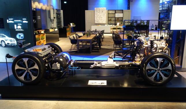 SPENNENDE INNMAT: I hekken på bilen - til venstre på bildet - ser vi batteripakken som ligger over bakakselen, og hydrogentankene under og foran den. Foran ligger brenselcellestabel og elmotor. Sistnevnte får strøm fra batteriet eller fra brenselcellene. Foto: Knut Moberg
