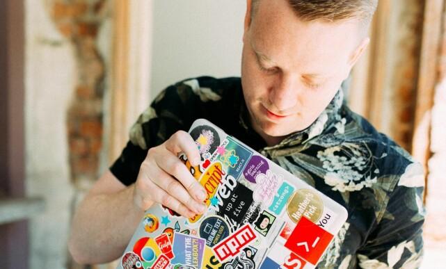 Wes Bos er kjent for solide doser klistremerker. 📸: Wes Bos