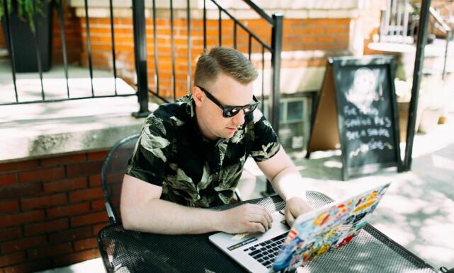 Tro det eller ei, men Wes beviser at man faktisk kan kode med solbriller. 📸: Wes Bos