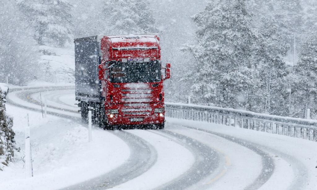 SNØ OG TRAFIKK: Det er ventet å komme ti centimeter med snø i løpet av tirsdagen på Østlandet. Det fører til vanskelige kjøreforhold. Her fra Bjorli i forrige uke. Foto: Terje Pedersen / NTB Scanpix