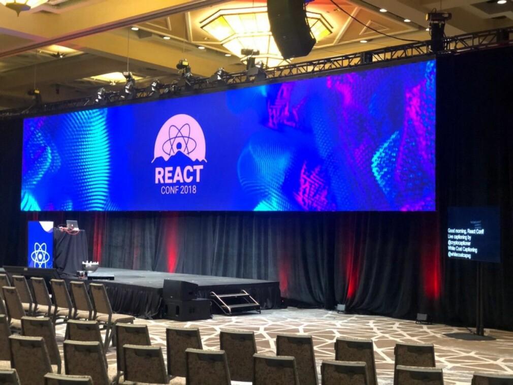 ReactConf 2018 en time før Sophie og Dan kom ut og revolusjonerte hverdagen vår. Igjen. 📸: @reactjs/Twitter
