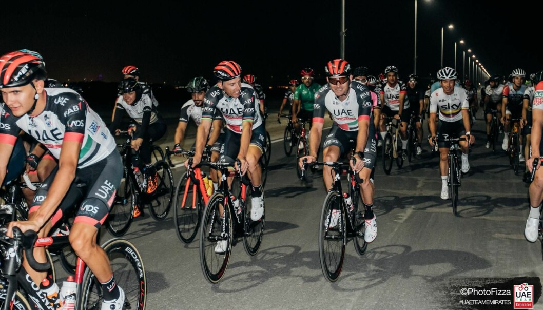 <strong>VISTE SEG FRAM:</strong> UAE Team Emirates-rytterne stilte opp til sykkelturer med sponsorer, barn og vanlige mosjonister under oppholdet i Abu Dhabi og Dubai. FOTO: PhotoFizza
