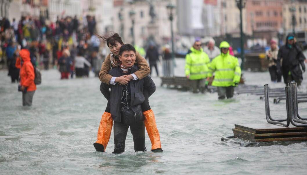 <strong>VERSTE PÅ 10 ÅR:</strong> To tredeler av Venezias historiske sentrum står under vann, og turister og fastboende er heldige hvis de er tørre over knærne. Foto: MIRCO TONIOLO/ERREBI/AGF/REX/SHUTTERSTOCK/NTB Scanpix.