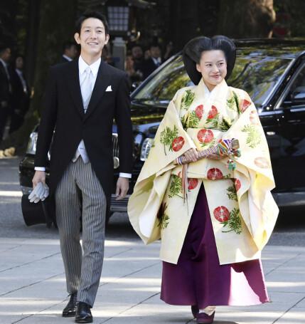 VALGTE HVERANDRE: Prinsesse Ayako, her på vei inn til vielsen, måtte forlate de kongelige rekker for å få gifte seg med den hun ville. Foto: NTB Scanpix