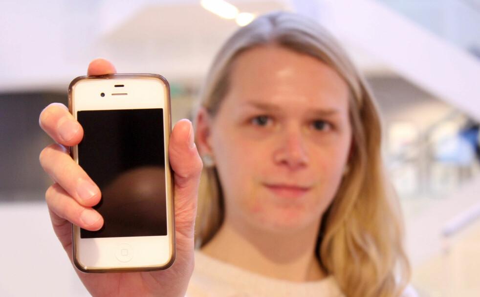 <strong>FØLGESVENNER:</strong> Denne iPhonen har vært med meg gjennom videregående skole, universitet og høyskole, og nå inn i arbeidslivet. Foto: Pål Joakim Pollen.