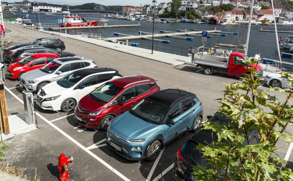 I TRØBBEL: Hyundai Kona Electric (nærmest) sliter med leveringene i Norge, sammen med blant annet Opel Ampera-e (nummer to forfra). Nissan Leaf (nummer tre) har solgt mer enn 50 ganger så mange biler som de to andre i oktober. Foto: Jamieson Pothecary