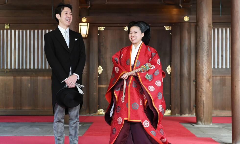 NYGIFT: Japanske prinsesse Ayako (27) giftet seg med kjæresten, den 32 år gamle shippingarbeideren Kei Moriya, i Tokyo mandag. Bryllupet markerer også slutten for Ayakos plass i det japanske monarkiet. Her har paret akkurat blitt rette ektefolk. Foto: NTB Scanpix