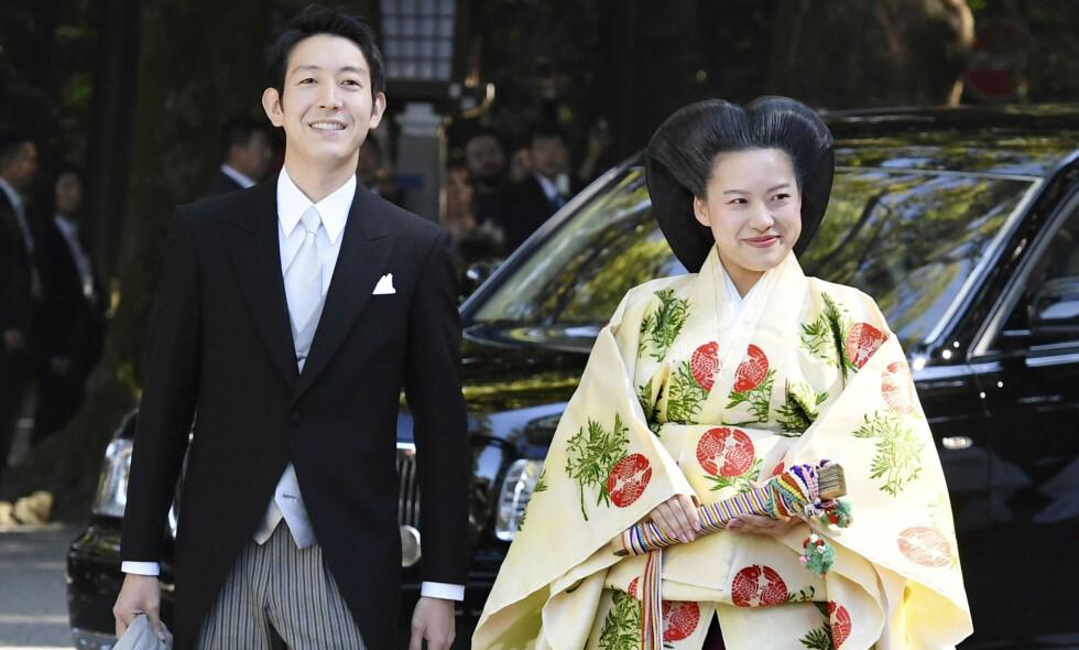 NYGIFT: Japanske prinsesse Ayako (27) giftet seg med kjæresten, den 32 år gamle shippingarbeideren Kei Moriya, i Tokyo mandag. Bryllupet markerer også slutten for Ayakos plass i det japanske monarkiet. Her har paret på vei inn til vielsen. Foto: NTB Scanpix