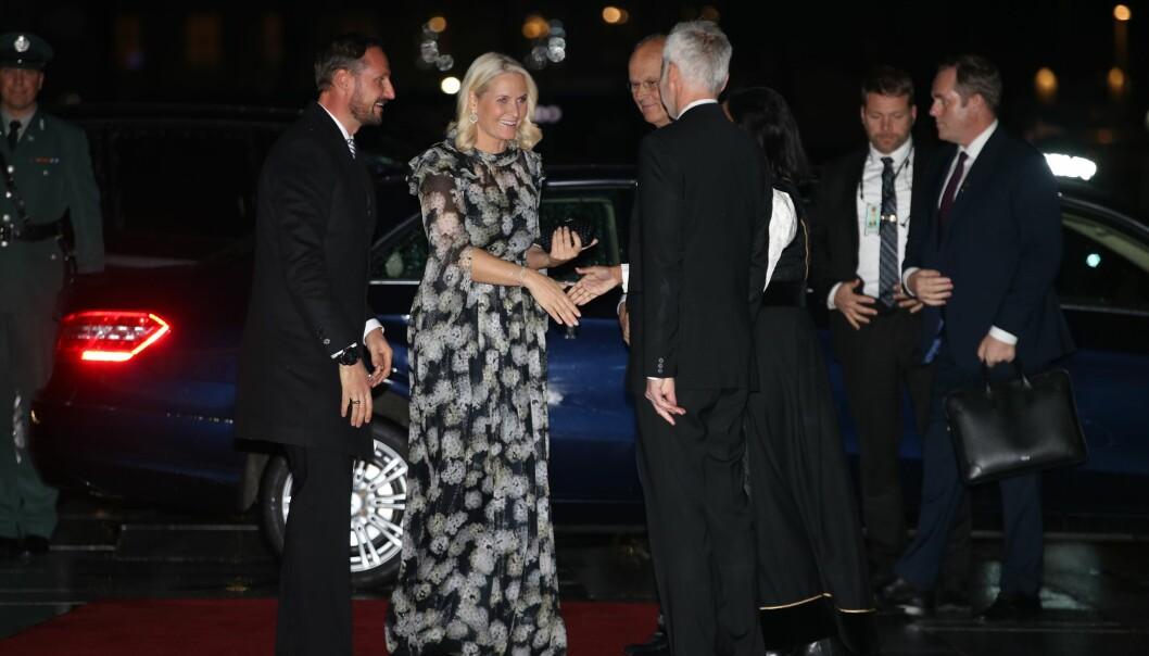 VARM VELKOMST: Kronprinsparet ble godt tatt imot da de ankom Den Norske Opera & Ballett i Oslo tirsdag. Foto: Andreas Fadum/Se og Hør
