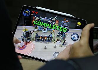 <strong>HEFTIG MED AR:</strong> Kraftig maskinvare åpner for bedre AR-muligheter. Her demonstreres et AR-spill på nye iPad Pro. Foto: Kirsti Østvang