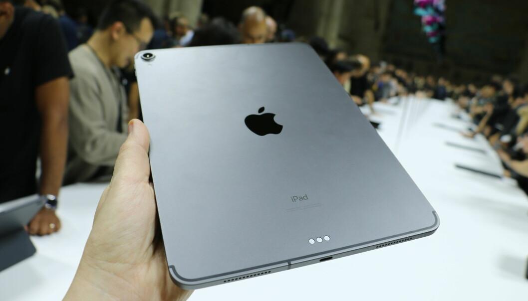 Den magnetiske Smart Connector-porten har byttet plass fra siden av iPad Pro til nederst på baksiden. Denne brukes for å koble til Apples Smart Keyboard. Foto: Kirsti Østvang