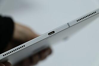 <strong>BRANSJESTANDARDEN:</strong> Apple har gått for bransjestandarden USB-C i de nye iPad Pro-modellene. Fra et forbrukerståsted er det bare hyggelig nytt. Og på tide, vil noen mene. Foto: Kirsti Østvang