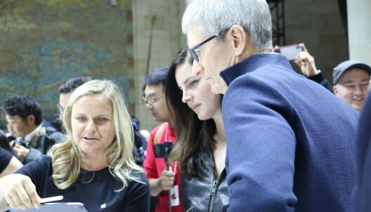 <strong>SJEKKER UT NYE IPAD:</strong> Popstjerna Lana Del Rey var tilstede på Apple-lanseringen. Vi fikk ikke spurt hva hun synes om at hjemknappen nå er borte på iPad. Foto: Kirsti Østvang
