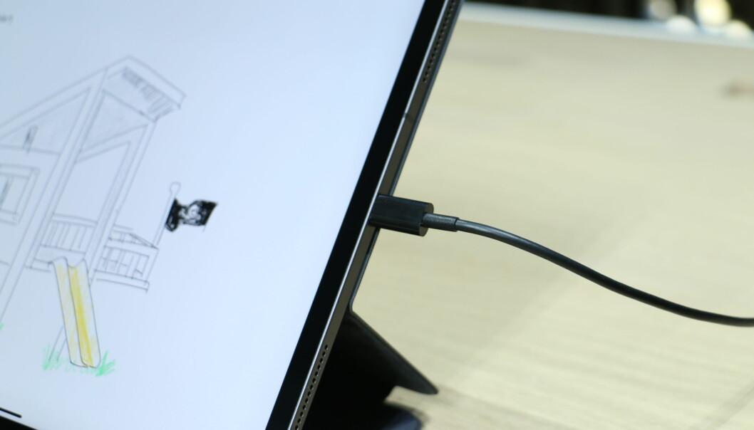 Den nye USB-C-pluggen er omtrent like stor som den gamle Lightning-kontakten. Foto: Kirsti Østvang
