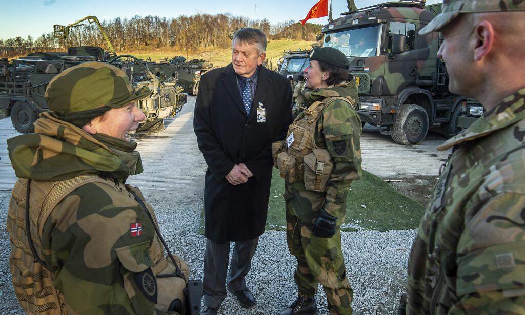 FESTDAG: Kari Leinan, kommandersjersant i RSOM- bataljon i Forsvaret (til venstre), bonde Olaf By og May Britt Velen-Odlo, oberstløytnant og bataljonsjef for RSOM-bataljonen, gleder seg over den gjennomførte NATO-oppvisningen under Trident Juncture. Foto: Hans Arne Vedlog /Dagbladet