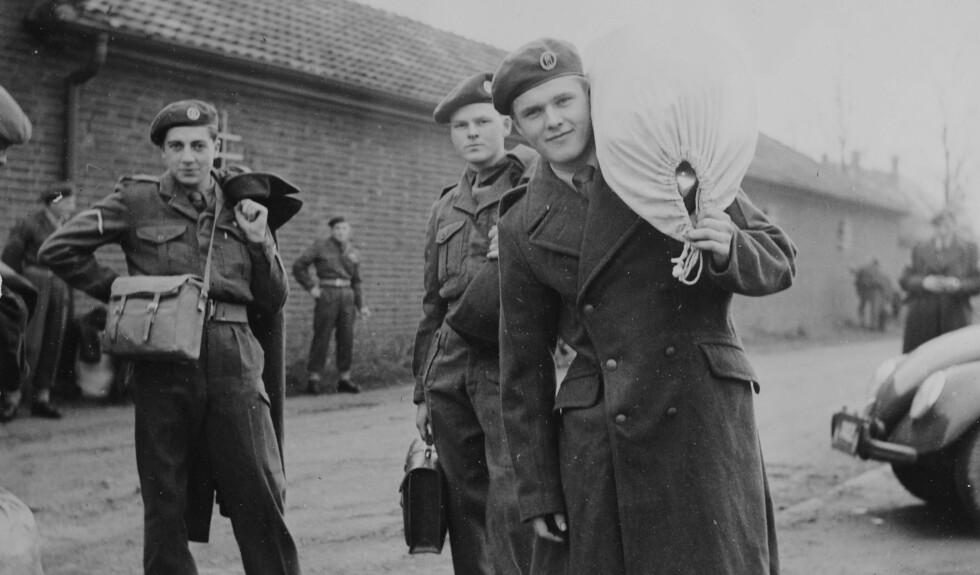 HJEM TIL JUL: Soldater fra Tysklandsbrigaden drar på permisjon jula 1952. Permisjonene var et avbrekk fra tjenestetida og noe soldatene så fram til og ble motiverte av. Noen få reiste hjem på langpermen, mens andre lot seg friste av det europeiske kontinentet. Alle foto: Forsvarets billedarkiv