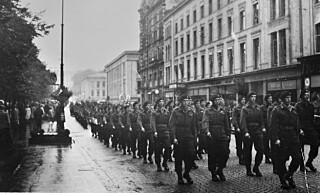 HJEMKOMSTPARADE: Parade i Oslos gater høstet stormende jubel for brigade 471, senere ble det mer lunken interesse fra befolkningen før det tok seg opp igjen for den siste brigaden.