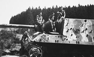 VRAK: De norske soldatene møtte den tyske befolkningen uten skadefryd. Restene etter krigsmaskineriet, derimot, var de snare til å la seg avbilde med. Flere ganger gikk det nesten galt da de plukket opp blindgjengere.