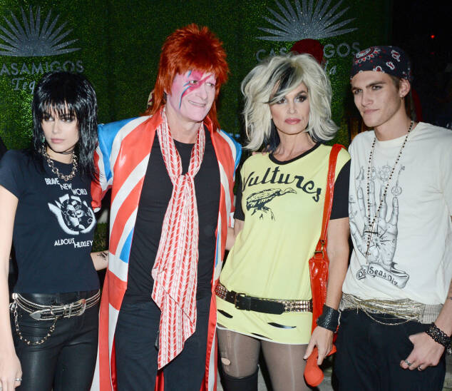 ROCK AND ROLL: Randy Gerber og Cindy Crawford, sammen med barna Kaia og Presley Gerber var alle utkledd som legendariske rockestjerner. Kaia kledde seg ut som Joan Jett, Cindy som Blondie og Randy som David Bowie. Foto: NTB scanpix