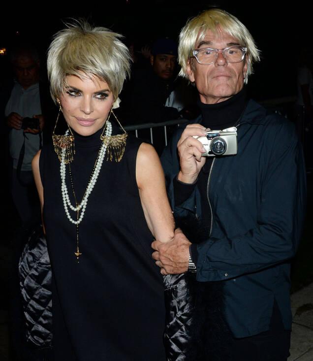 DYNAMISK DUO: Realitystjerne Lisa Rinna og ektemannen Harry Hamlin ankom som duoen Edie Edie Sedgwick og Andy Warhol. Foto: NTB scanpix