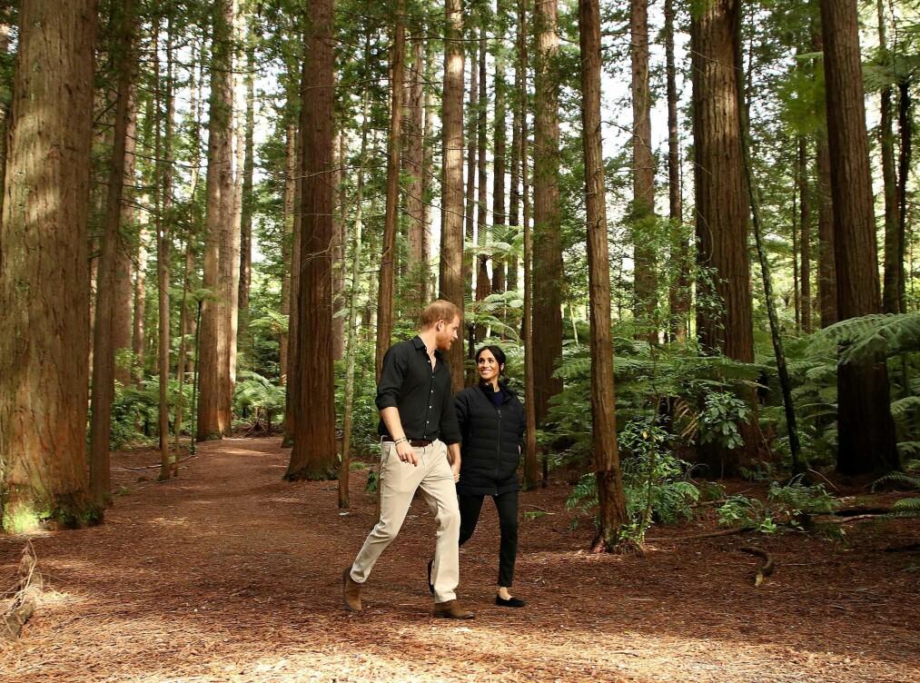 <strong>I NORSK DESIGN:</strong> Hertuginne Meghan vandret gjennom skogene på New Zealand med prins Harry i jakke fra Norrøna. Foto: Scanpix