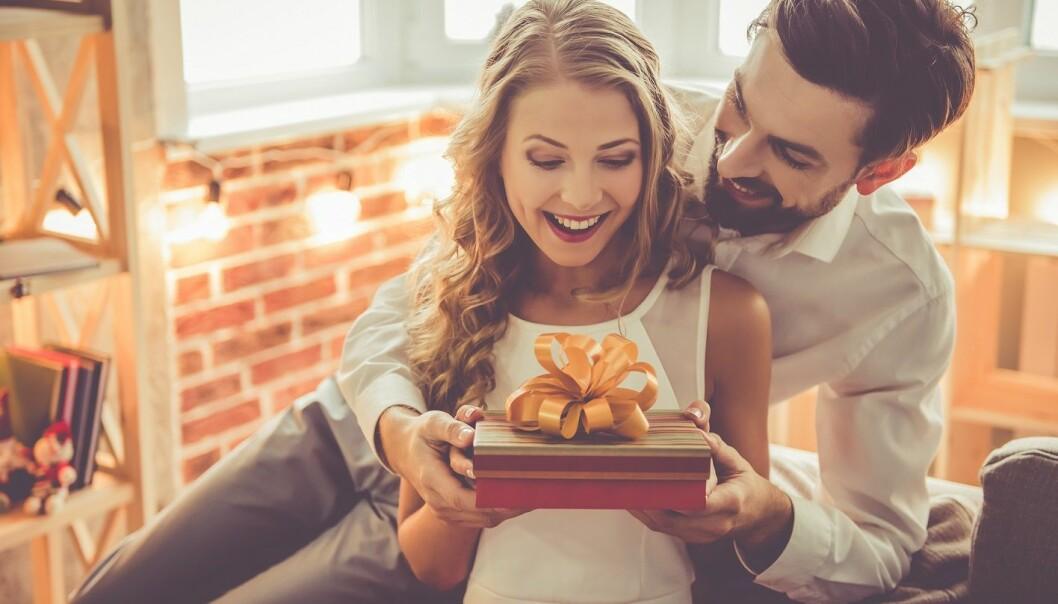 <strong>GAVER:</strong> Noen liker å vise sin kjærlighet ved å gi gaver, mens andre synes det virker overfladisk. FOTO: NTB Scanpix