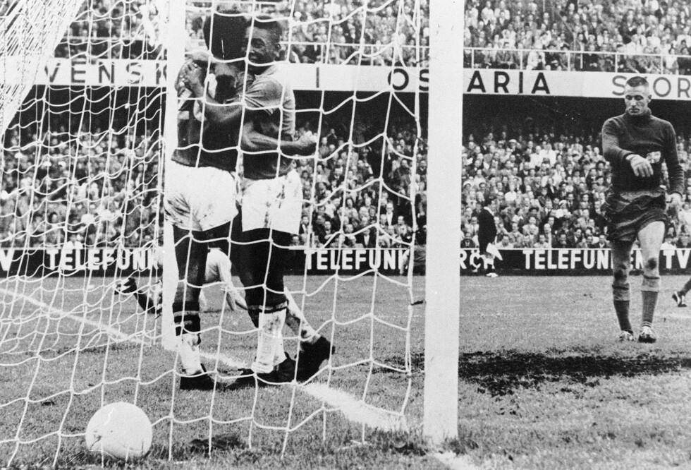 LANG HISTORIE: I begynnelsen var det ikke dødballer i fotballen. Her er et bilde fra da Sverige møtte Brasil i VM-finalen 1958. Foto: AFP PHOTO/NTB Scanpix