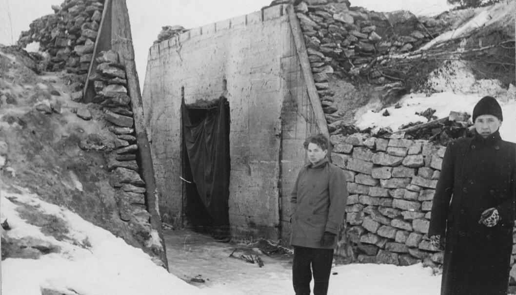 <strong>DØMT:</strong> Johannes Hallonen fotografert foran den ene av bunkersene som han ble dømt for å ha sprengt. Foto: Fra boka «Hvem var skyldig? Sabotasjen på Bardufoss 1950»