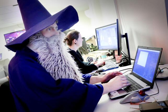 Vi er glade vi tilfeldigvis tok turen på halloween, for utvikleren Torstein Vien pleier vanligvis ikke å være kledd som en trollmann. 📸: Ole Petter Baugerød Stokke