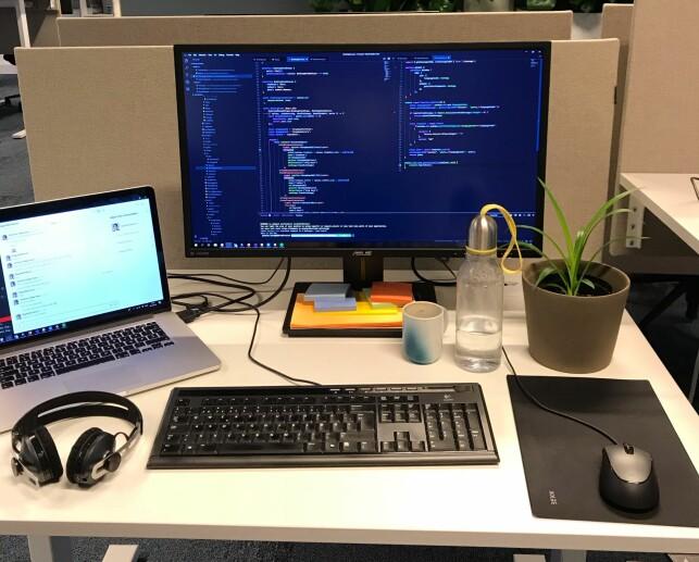 Pulten til Johanne Håøy Horn. Koderen jobber mest i VS Code og Visual Studio. 📸: Privat