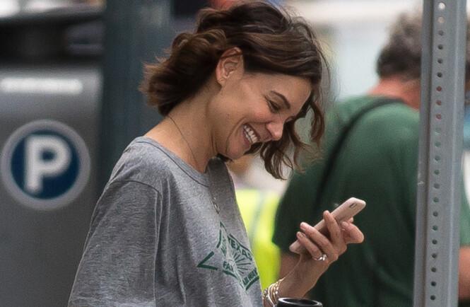 RING PÅ FINGEREN: Det er denne diamantringen som har fått pressen til å spekulere i om Katie Holmes og kjæresten Jamie Foxx har tatt forholdet et steg videre. Foto: NTB scanpix