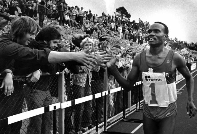 <strong>VERDENSREKORD:</strong> Fra Knarvik Games i 1981. Bildet er av kenyanske Henry Rono, som sette ny verdensrekord på 5000 meter. Det var 9500 tilskuere på stadion. Foto: Privat