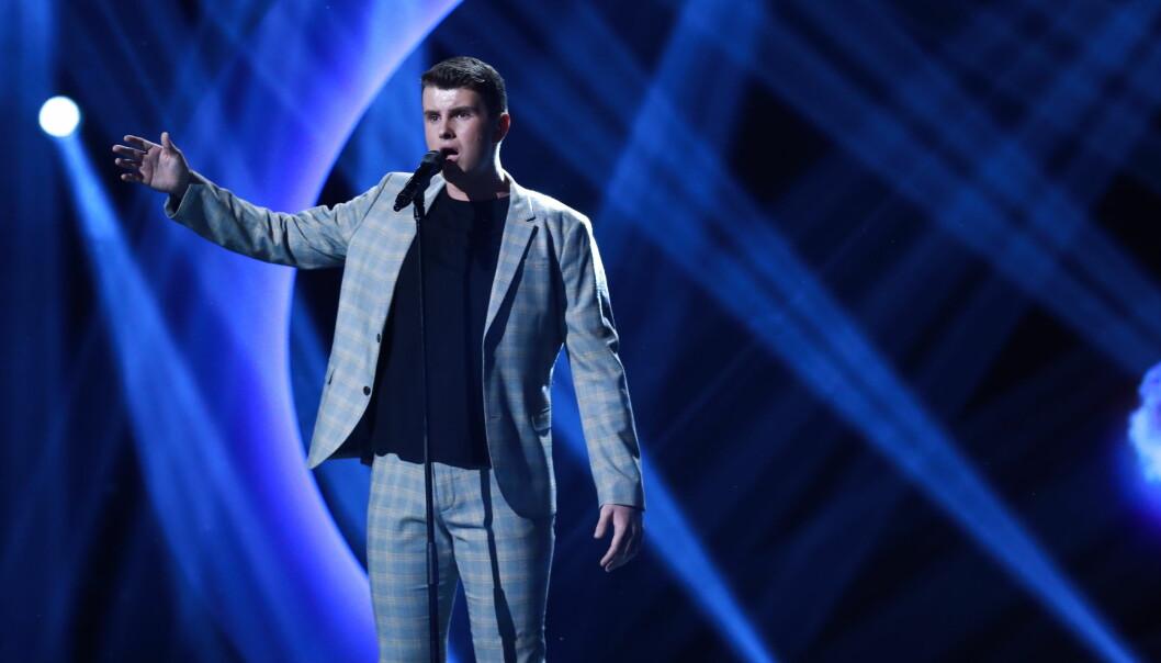 FILMMUSIKK: Øystein Hegvik sang Sam Smiths James Bond-låt i kveldens «Idol»-sending. Foto: Tv2