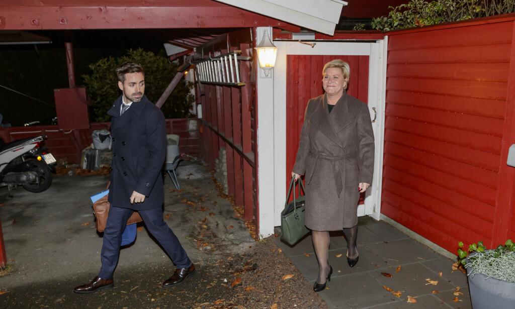 BOLIG: Finansminister Siv Jensen utenfor sin bolig i Oslo, på vei til jobb for legge frem neste års statsbudsjett. Nå vil regjeringen opprette et boligforskningssenter for å få mer pålitelige prognoser om boligprisene. Til venstre: statssekretær Petter Kvinge-Tvedt Foto: Cornelius Poppe / NTB scanpix
