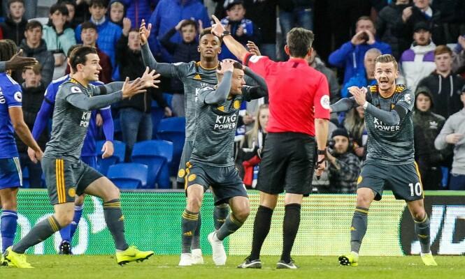 <strong>SJOKKERT:</strong> Leicester-spillerne roper etter straffe. Foto: NTB Scanpix