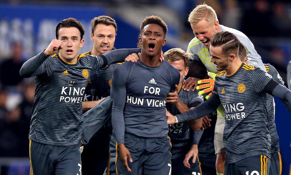 """<strong>HEDRET EIEREN:</strong> Demarai Gray viste t-skjorten med """"For Khun Vichai"""" på og ble omfavnet av alle lagkameratene, inkludert keeper Kasper Schemeicel. Foto:Pa Photos/Nigel French"""