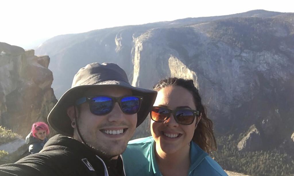 I BAKGRUNNEN: Kjæresteparet Sean Matteson og Drea Rose Laguillo oppdaget seinere at Meenakshi Moorthy var i bakgrunnen på to av selfiene de tok i Yosemite nasjonalpark. Foto: Sean Matteson via AP