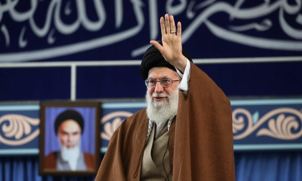 HYLLES: Irans leder Ayatollah Ali Khamenei hylles i Teheran søndag, dagen før den amerikansk-ledete olje-embargoen innledes, mandag.Foto: AFP / NTB Scanpix